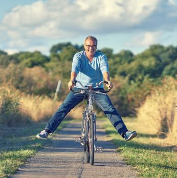 Senior faisant du vélo