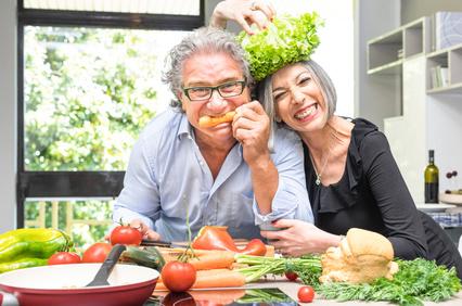 Couple de seniors qui rigolent en cuisine