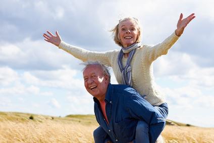 Homme retraité qui porte sa femme sur son dos