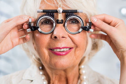 Femme senior chez son opticien