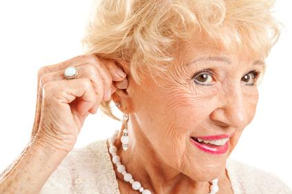 Femme senior qui porte un appareil auditif