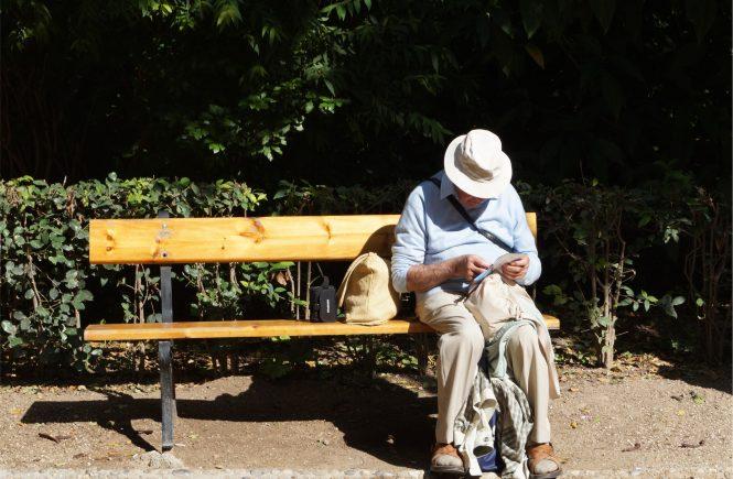 Homme seul perdu sur un banc