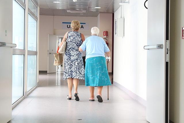 Personne âgée qui a besoin d'aide pour marcher