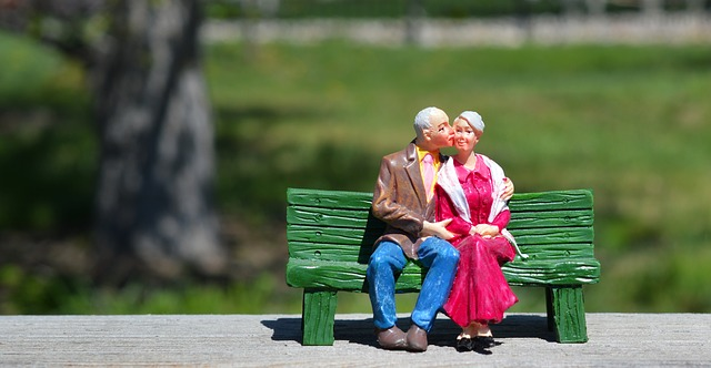 Couple senior sur un banc