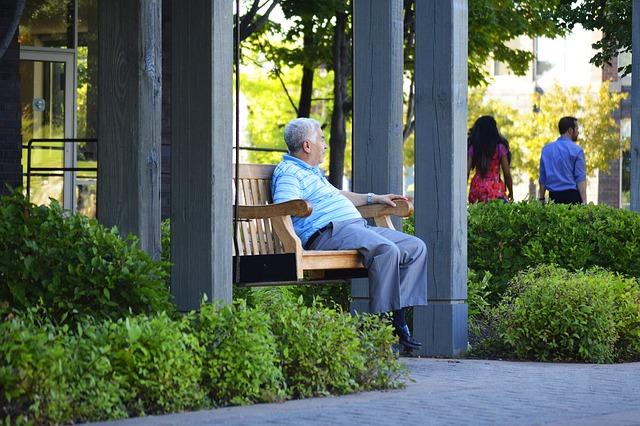 Homme assis sur un banc