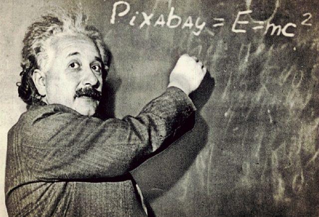 Albert Einstein devant un tableau noir d'ecolier