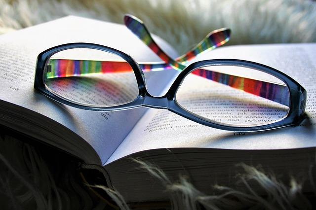 Paire de lunettes sur un livre