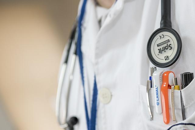 Médecin hospitalier en consultation
